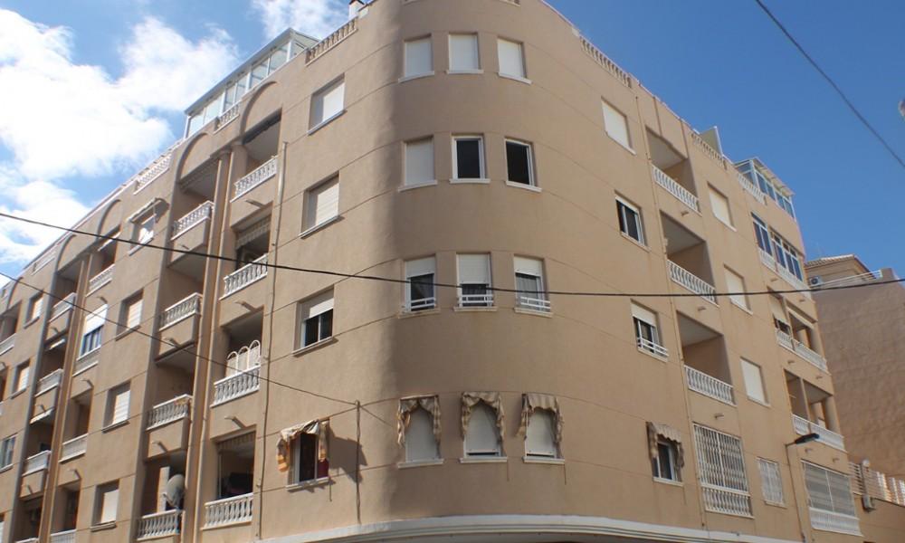 Apartamento en Torrevieja Atico a tan solo 200m de la playa del Cura , 3 dormitorios .